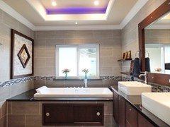 House for sale Nongpalai Pattaya showing the master bathroom with Jacuzzi bathtub