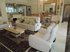 House for Rent Jomtien Park Villas Pattaya showing the living dining and kitchen