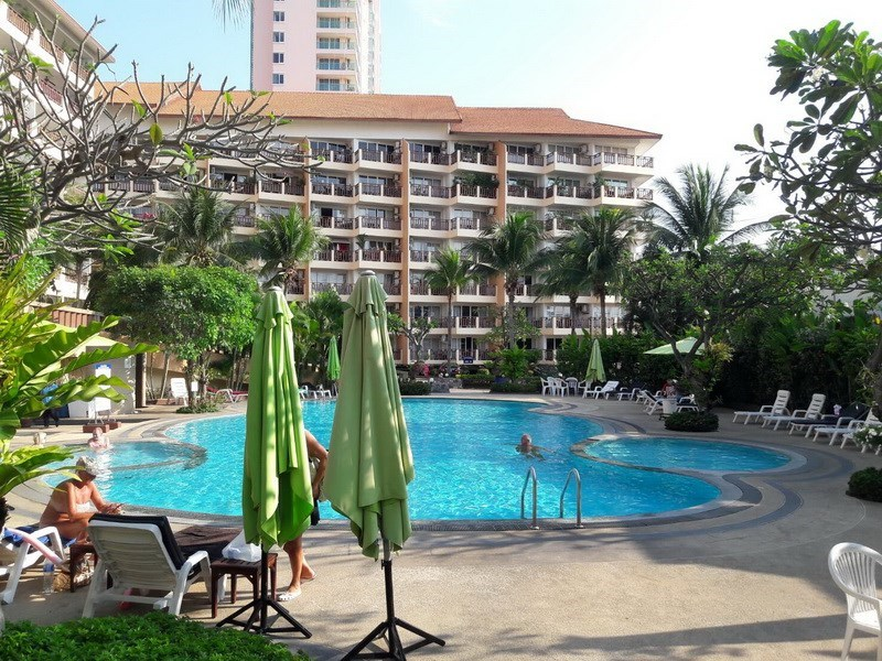 Condominium for sale Jomtien Pattaya showing the communal swimming pool
