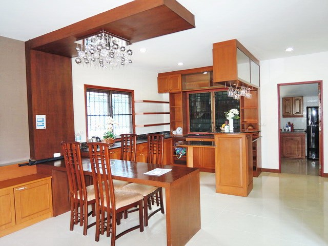 House for rent East Pattaya showing the dining and bar areas