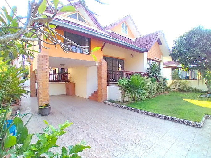 House for rent East Pattaya showing the house and garden