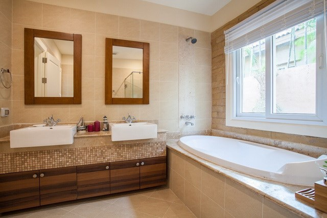 House for rent East Pattaya showing the master bathroom and bathtub
