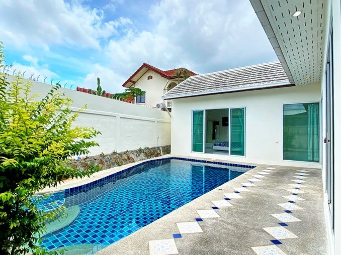 House for rent East Pattaya showing the terrace and pool
