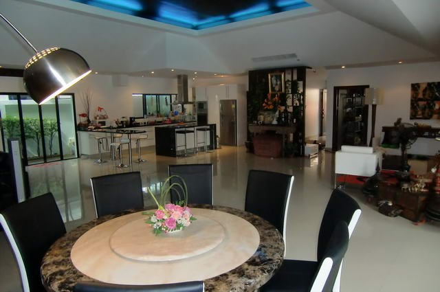 House for rent Jomtien showing the dining and kitchen