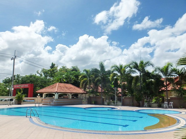 House for rent Mabprachan Pattaya showing the communal swimming pool