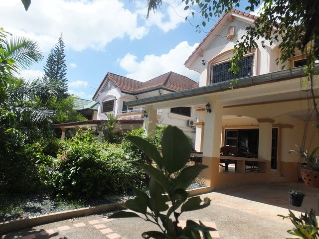 House for rent Mabprachan Pattaya showing the house and garden