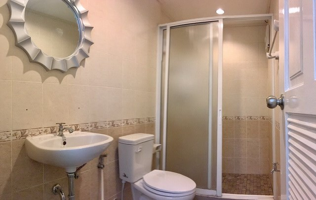 House For Rent Pattaya showing the bathroom