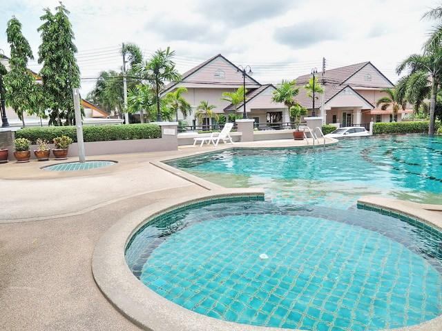 House For Rent Pattaya showing the communal swimming pool