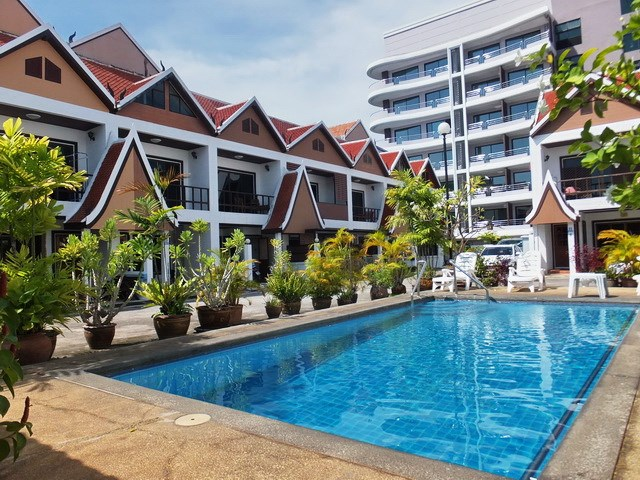 House for rent Pratumnak Pattaya showing the communal swimming pool