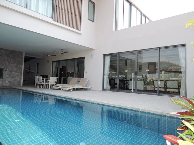 House for rent Amaya Hill Pattaya showing the house and pool