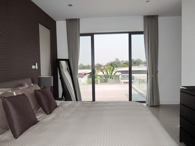 House for rent Amaya Hill Pattaya showing the master bedroom and terrace