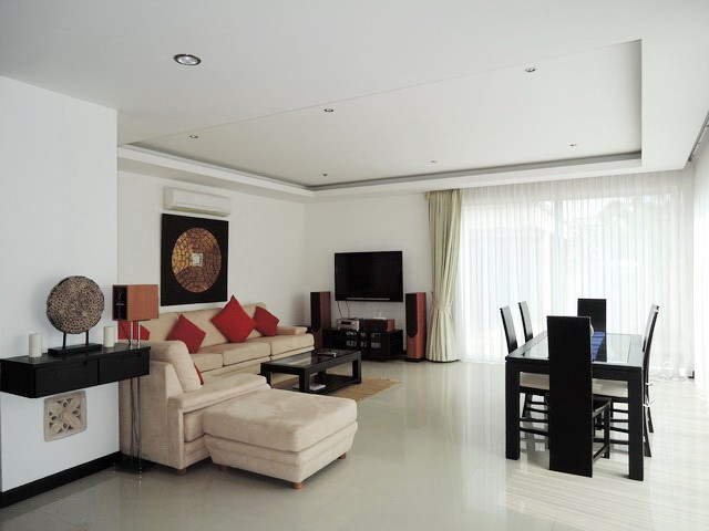House for rent at Pattaya The Vineyard showing the living and dining areas
