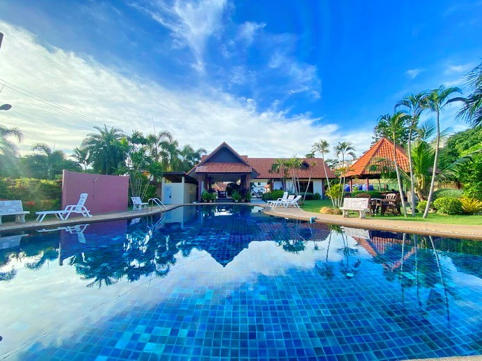 House for rent East Pattaya showing the communal pool