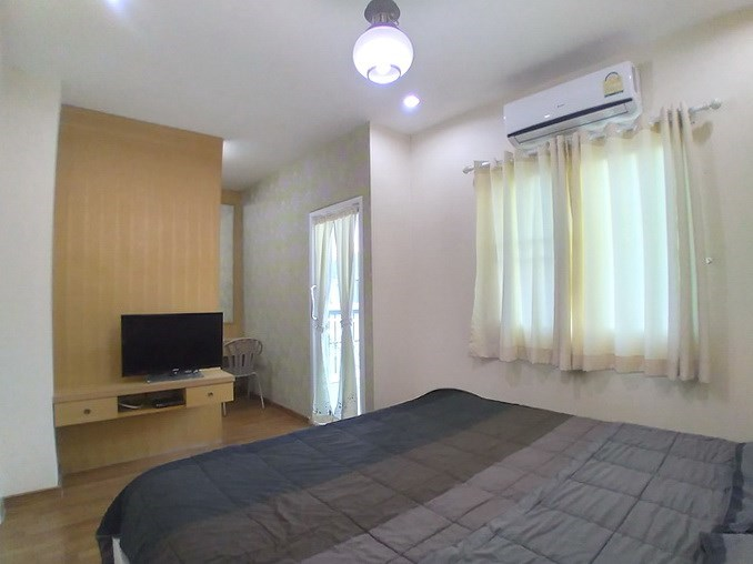 House for rent East Pattaya showing the master bedroom and furniture