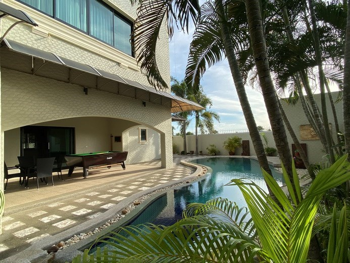 House for rent East Pattaya showing the pool and covered terrace