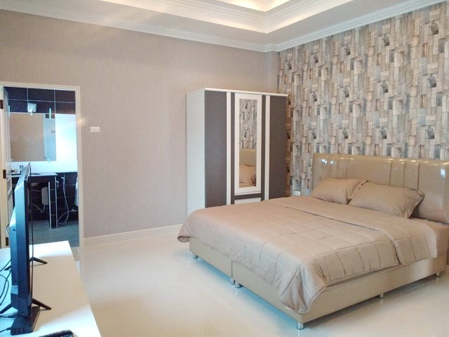 House for sale Bangsaray Pattaya showing the master bedroom suite