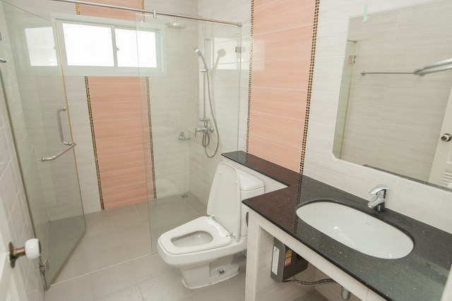 House for sale Bangsaray Pattaya showing the second bathroom