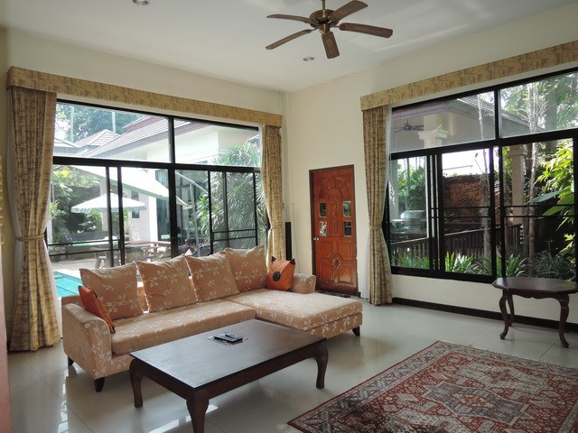 House for sale Pattaya showing the living room poolside
