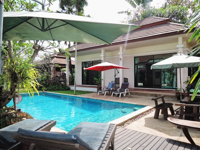 House for sale Pattaya showing the terrace and swimming pool