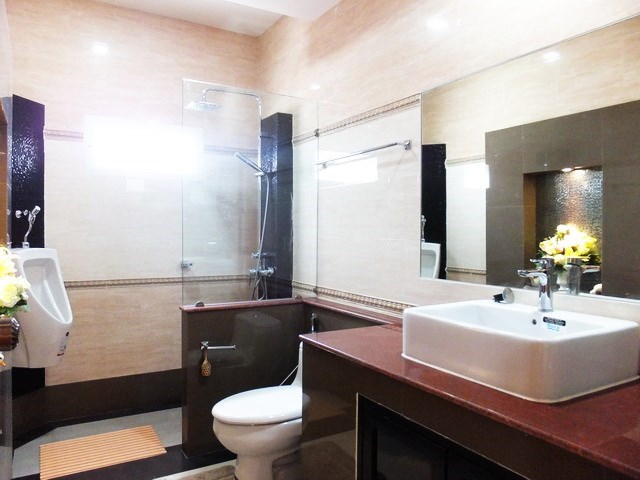 House for sale WongAmat Pattaya showing the second bathroom