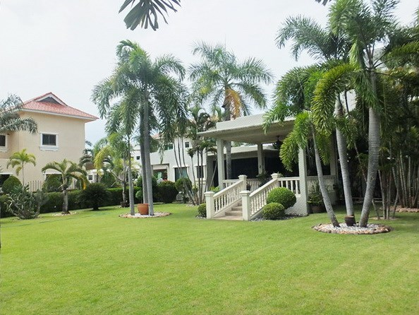 House for rent Pattaya showing the garden and pavilion sala