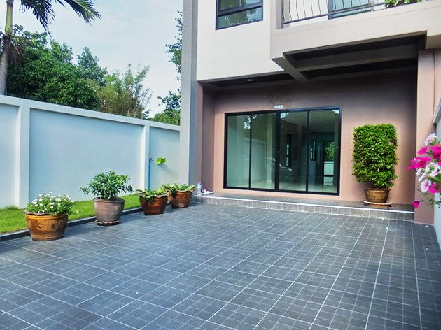 House for sale East Pattaya showing the car parking and garden