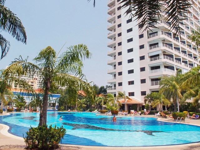 Condominium for rent Jomtien VIEW TALAY 2B showing the communal swimming pool