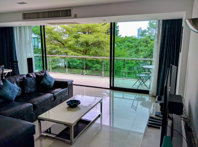 Condominium for rent Jomtien showing the living room and balcony
