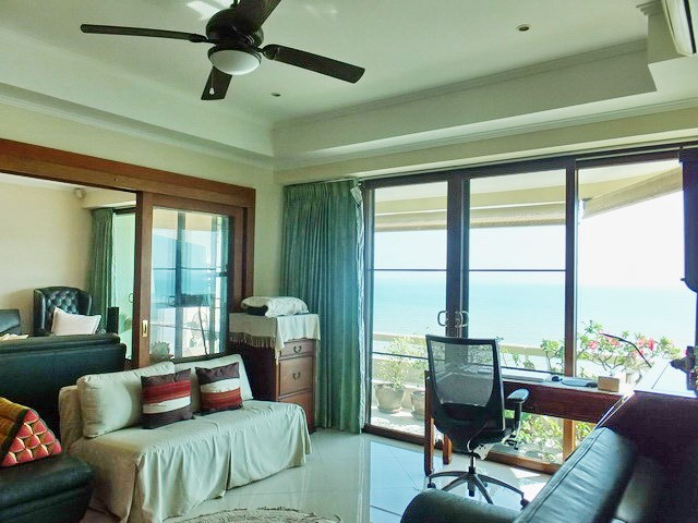 Condominium for rent Jomtien showing the second bedroom and office area