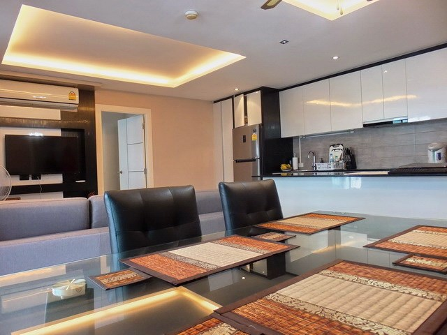 Condominium for rent East Pattaya showing the living, dining and kitchen areas