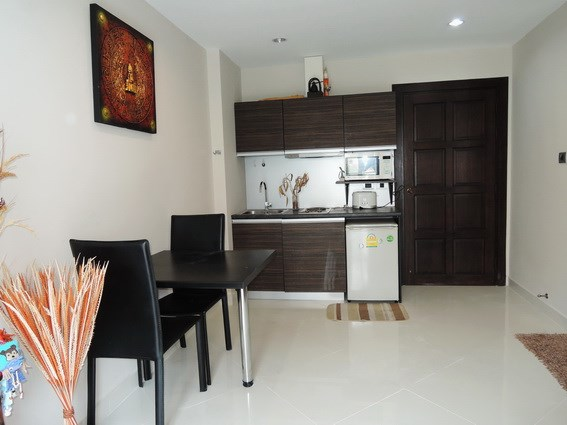 Condominium for rent Jomtien Park Lane showing the kitchen and dining areas