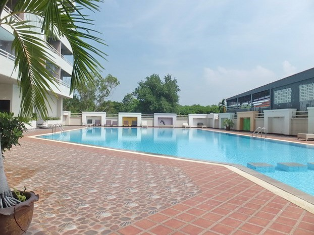 Condominium for sale Jomtien Pattaya showing the communal pool