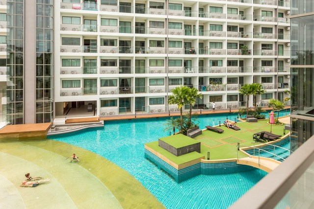 Condominium for sale Jomtien showing the resort style swimming pool
