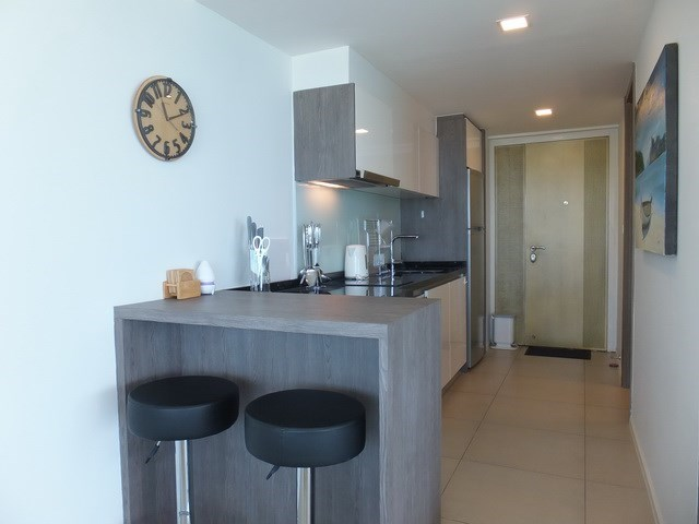 Condominium for sale Na Jomtien showing the kitchen and breakfast bar