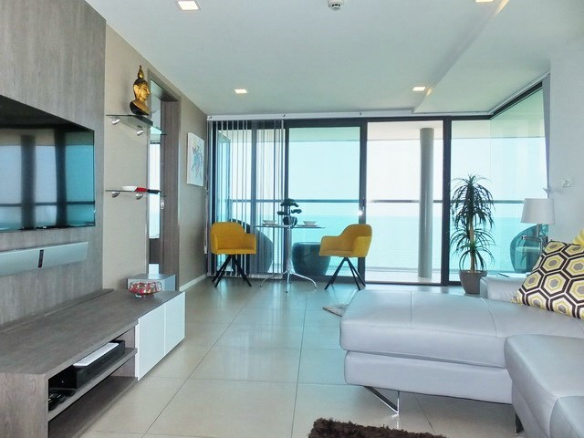 Condominium for sale Na Jomtien showing the living and dining areas