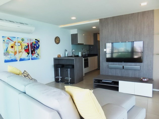 Condominium for sale Na Jomtien showing the living and kitchen areas