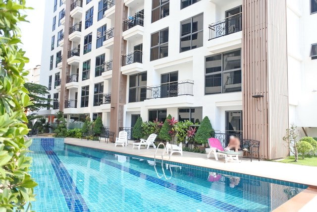 Condominium for sale Pratumnak Hill Pattaya showing the communal swimming