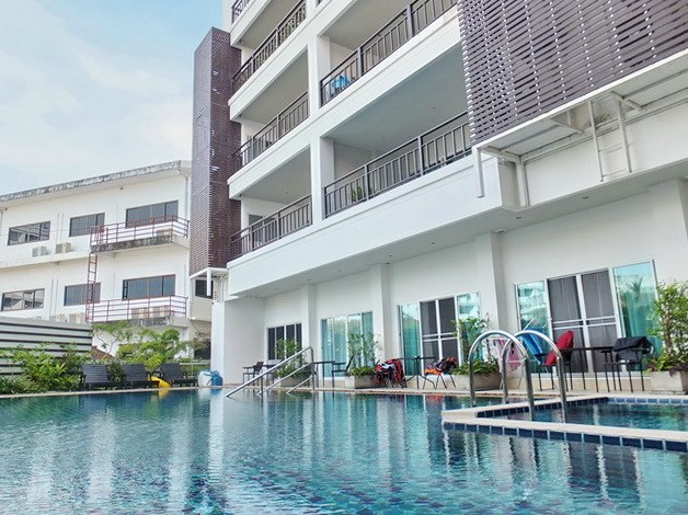 Condominium for sale Pratumnak Hill Pattaya showing the condo building and pool