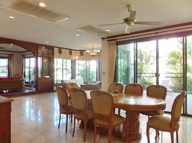 House for rent East Pattaya showing the dining area and outside terrace
