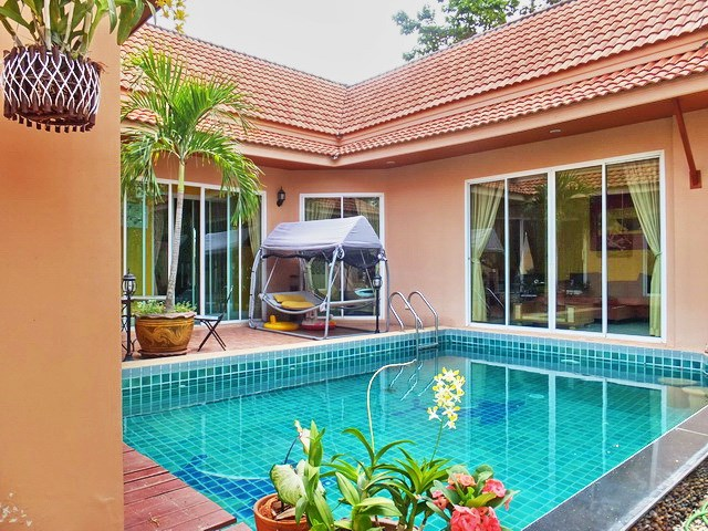 House for Rent East Pattaya showing the pool and house