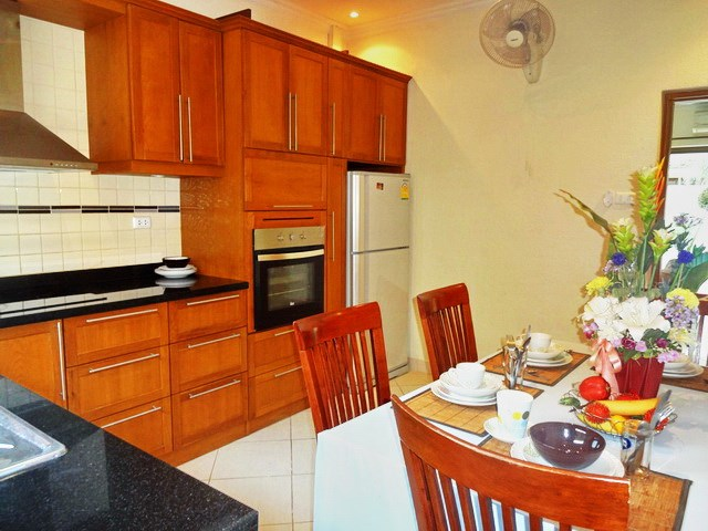 House for rent Jomtien Pattaya showing the dining and kitchen