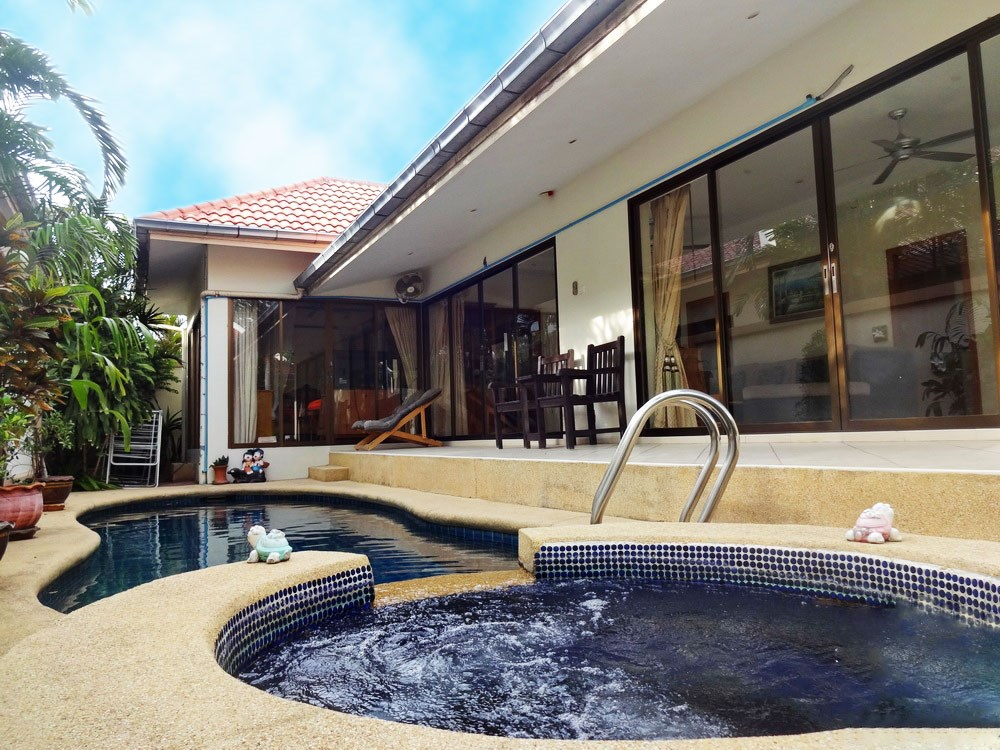 House for rent Jomtien Pattaya showing the house, terrace and pool