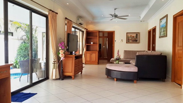 House for rent Jomtien Pattaya showing the living room pool side