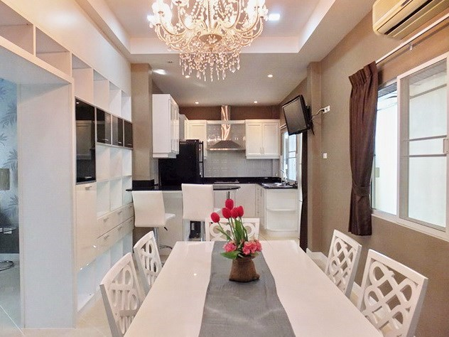 House for rent East Pattaya showing the dining and kitchen areas