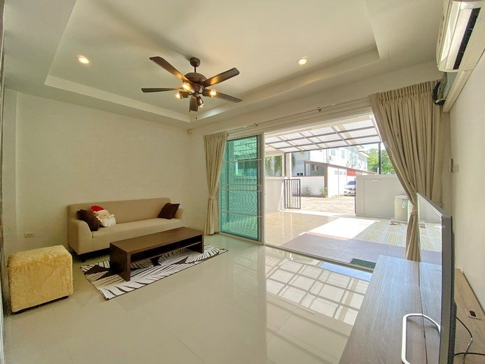 House for rent East Pattaya showing the living area and carport