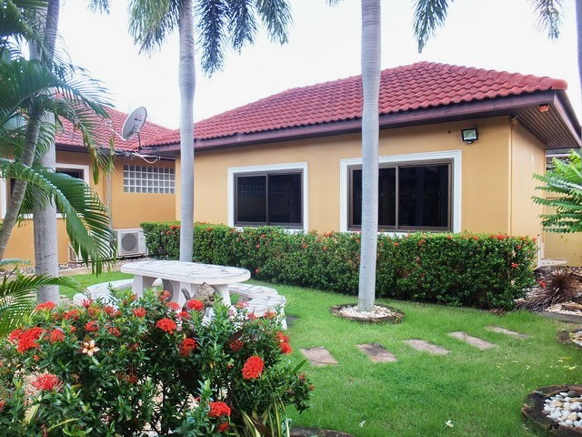 House for rent East Pattaya showing the maid's room and garden