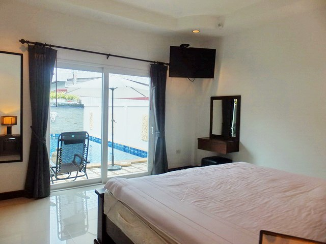 House for rent East Pattaya showing the master bedroom pool view