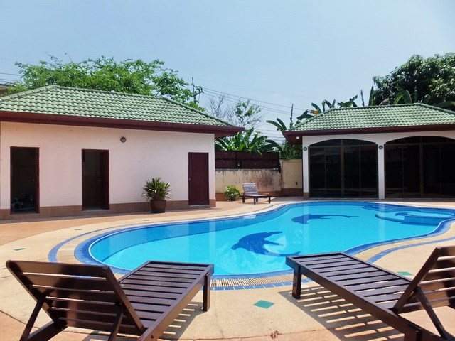 House for rent East Pattaya showing the outside kitchen, terraces and swimming pool
