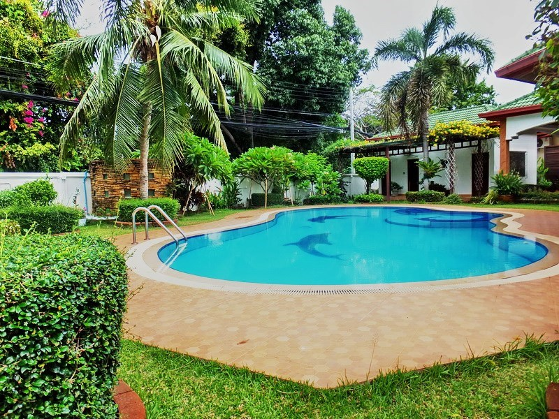 House for rent East Pattaya showing the garden and pool