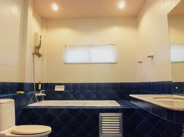 House for rent East Pattaya showing the second bathroom with bath tub